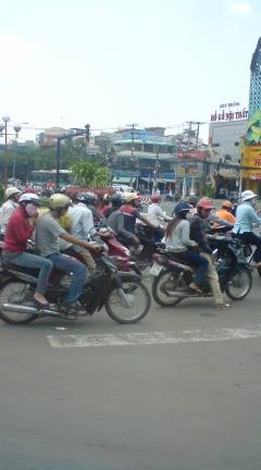 ホーチミンはバイクの洪水・小宮